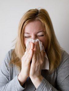 ...a tüsszögés, orrfolyás, orrdugulás, orrviszketés, szemviszketés, könnyezés. Általában a pollenek megjelenésével egyidejűleg jelentkeznek ezek az allergiás tünetek,